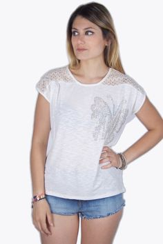Go for the girly look, and wear some beautiful butterflies! Like on this pretty white top with baggy fit model, loose fit and the sizes are normal. The top is made of light summer material, with a little see-through effect.  #2dayslook #clothing #top  www.2dayslook.com