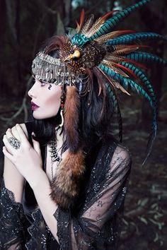 Индейка в головном уборе из перьев