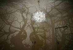 Deze hanglamp van Hilden Diaz werpt in een vingerknip schaduwbomen op uw muren. Dankzij het ingenieuze design zit u in de jungle van zodra u het licht aan doet. De meningen variëren van spook- tot sprookjesachtig.