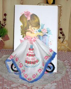 Tarjeta de cumpleaños torta pañuelo. Esta hermosa tarjeta es 5 x 8. Esta chiquilla lleva un pañuelo de recuerdo sólo para usted este es un muy dulce hankie con un borde de color azul con un pastel de cumpleaños en el cuerpo del pañuelo.