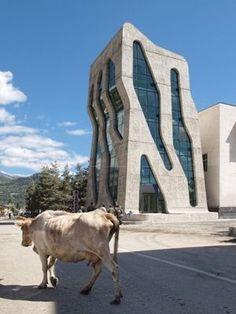 De Georgische plaats Mestia heeft een nieuw politie- en gerechtsgebouw gekregen. #futuristicarchitecture