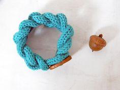 Chain bracelet ultramarine green. Wool and wood by ylleanna, €25.00