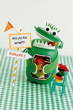 Eine wunderbare Idee für einen Bastelnachmittag daheim oder für den nächsten Kindergeburtstag: Mr. Monsterbauch hat einen dicken Bauch, der viele, viele Süßigkeiten oder anderen Kleinkram fasst. Das Monsterglas ist schnell gebastelt - und supersüß!