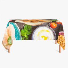 Tafelkleed Heerlijk | Fleur je keuken op met dit weerbestendige tafelkleed bestaande uit geweven linnen met PVC.   #tafelkleed #keukentextiel #keuken #kleed #pvc #print #opdruk #tafel #weerbestendig #eten #voedsel