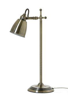Nätt bordslampa i krom, antikmässing eller mattsvart metall med riktbart ljus. Lerdala är en serie med många fina lampor som är snygga att matcha tillsammans. Köp gärna till någon av våra ljuskällor.