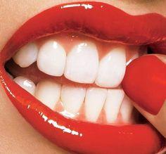 L'huile de coco, en bain de bouche ou en dentifrice, nettoie et blanchit les dents