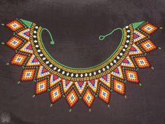 Collar verde y naranja, hecho por comunidades indígenas. Precioso trabajo.