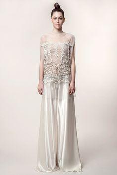 SANDRA: Vestido de novia con cuerpo bordado en pedrería sobre tul y pantalón palazzo en crêpe satén marfil.