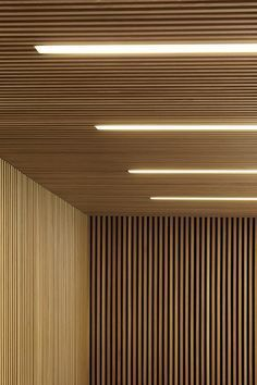 lambris mur et plafond en lamelles de bois et éclairage intégré Wood Slat Ceiling, Wood Slat Wall, Wooden Ceilings, Wooden Slats, Wood Walls, Concrete Wall, Brick Wall, Wood Paneling, Fabric Ceiling
