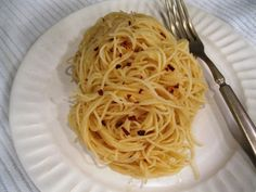 Classice Italian pasta dish. Angel hair with garlic and olive oil. Of course you can use any pasta you choose, and feel free to add chopped fresh herbs. Pasta Soup, Pasta Noodles, Pasta Salad, Red Pepper Pasta, Italian Pasta Dishes, Aglio Olio, Angel Hair, Roasted Garlic, Meals For The Week