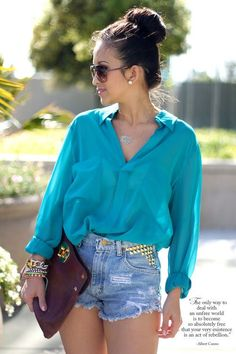 turquoise blouse and studded demin shorts Looks Street Style, Looks Style, My Style, Casual Outfits, Cute Outfits, Fashion Outfits, Casual Shirts, Style Fashion, Fashion Beauty