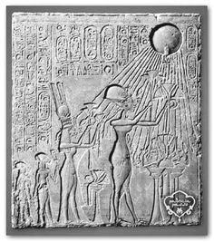 La imagen muestra un relieve en el que Nefertiti y su familia realizan una ofrenda religiosa. Se ha plasmado parte del ritual de una ceremonia egipcia en honor al dios Sol. Para los antiguos egipcios, la génesis de la creación tuvo lugar a raíz de una gran sequía del Nilo; fue entonces cuando surgió un trozo de tierra que separaba las aguas del cielo. Esto es esencial para el entendimiento del dualismo corporal del baile. El cuerpo continúa siendo herramienta para unir tierra y cielo.