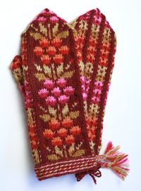 Kainuun kukkalapaset, punainen e Taito Pikanmaa Knitted Mittens Pattern, Knitted Gloves, Knitting Stitches, Knitting Patterns, Fingerless Mittens, Wrist Warmers, Fair Isle Knitting, Mittens, Tejidos