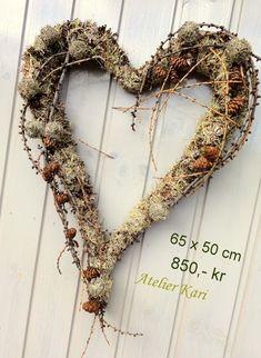 Atelier Kari naturdekorasjoner og kranser Grapevine Wreath, Grape Vines, Christmas Wreaths, Holiday Decor, Decorations, Nature, Home Decor, Atelier, Lavender