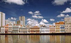 Coloridos sobrados do século 19, às margens do Rio Capibaribe, em Recife (PE)