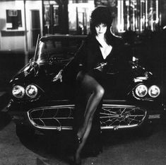 Elvira (Cassandra Peterson) and her 1958 T-Bird, customized by George Barris into The Macabre Mobile. Cassandra Peterson, Rare Historical Photos, Rare Photos, Vintage Photos, Cult Movies, Horror Movies, Elvira Movies, Vintage Horror, Dark Beauty