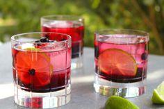 Svartvinbärsdrink med lime och bubbel