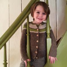 Jakke med rundfelling (1943) er morsom og enkel å strikke! Kan strikkes i dobbel 2-tråds eller enkel 3-trådsgarn. Rillestrikkede plagg er elastiske og vokser med barnet. Denne jakken fikk Linus til 2-årsdagen, og nå er han 5 år!   Nøstebarn