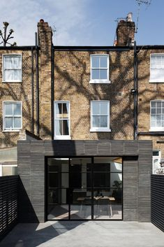 Photo 3 of 20 in A London Townhouse Gets a Gorgeous Renovation That Will Only Look Better Over Time from De Beauvoir Townhouse - Dwell Building Extension, Rear Extension, Victorian Townhouse, London Townhouse, London Architecture, Modern Architecture, Brick Siding, Timber Roof, Victorian Buildings