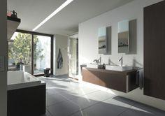 Starck Möbel. Wohnliche Eleganz fürs Bad.  Dass sich designorientierte Eleganz und wohnlicher Komfort nicht wider- sprechen müssen, beweisen die neuen Starck-Badmöbel. Die Möbelunterbauten mit den komfortabel großen Auszügen lassen sich gleich mit allen drei neuen Starck-1-Aufsatzbecken, aber auch mit anderen Schalen kombinieren. Edles Merk- mal aller neuen Starck-Möbelstücke bis hin zum Hochschrank ist eine Kante aus veredeltem Aluminium mit eingearbeitetem Schriftzug.