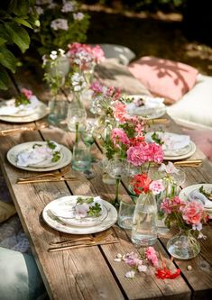 Summer Table Decorations, Love Garden, Outdoor Entertaining, Cut Flowers, A Table, Different Colors, Glass Vase, Table Settings, Backyard