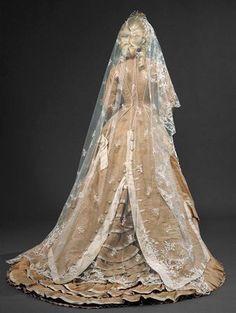 "fripperiesandfobs: "" Wedding dress ca. 1877 From the Museu Nacional do Traje e da Moda "" Found on Historical Fashion Antique Wedding Dresses, Vintage Gowns, Vintage Bridal, Wedding Gowns, Vintage Outfits, Vintage Hats, Ivory Wedding, 1870s Fashion, Victorian Fashion"