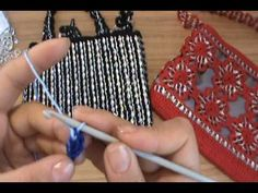 Video tutorial, in Spanish, on how to make a purse using crochet and soda pop tabs. This is video 1 of 8.