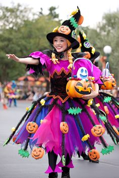 Scary Halloween Decorations, Creative Halloween Costumes, Halloween Boo, Halloween Dress, Couple Halloween Costumes, Halloween Themes, Scary Costumes, Disney Costumes, Girl Costumes