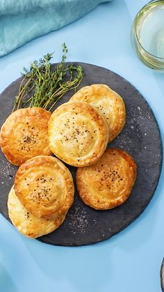 Personal Finance Discover Chicken Pot Pie Biscuits If you like chicken pot pie then youll love these stuffed biscuits. Tasty Videos, Food Videos, Cooking Recipes, Healthy Recipes, Oven Cooking, Cooking Light, Pressure Cooking, Cooking Fails, Cooking Eggs