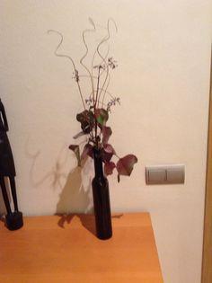 botella de vino con flor seca