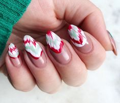 On the catwalks, the most striking thing is not hairstyles or make-up, but the nails of models. Holiday Nail Designs, Holiday Nail Art, Christmas Nail Art, Nail Art Designs, Red Christmas, Cute Almond Nails, Almond Nail Art, Cute Nails, Matte Nails Glitter