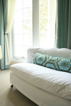 DIY : a patchwork lumbar pillowthe handmade home Apartment Sofa, Apartment Therapy, Slipcovers For Chairs, Slipcover Sofa, Furniture Slipcovers, Cozy Couch, White Couches, Lumbar Pillow, Pillow Fabric