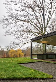 Modern glass house situated in New Canaan, United States, designed by Philip Johnson. Philip Johnson Glass House, Modern Glass House, Tiny House, Small Houses, Modern Decor, Modern Architecture, Beautiful Homes, Minimalism, Exterior