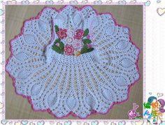 Robe blanche décorée de fleurs et sa grille gratuite ! - Modèles pour Bébé au Crochet