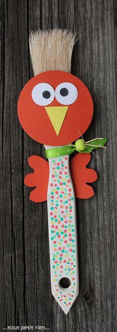 Poule-pinceau ! Décorée avec du papier et des points de feutres, www.pinterest.com/fleurysylvie et www.toutpetitrien.ch #bricolage #paques #enfants