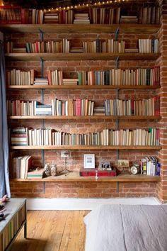 Avoir une bibliothèque murale chez soi est non seulement fonctionnel mais aussi très déco. Voyez les photos avec des idées astucieuses comment concevoir une jolie bibliothèque.