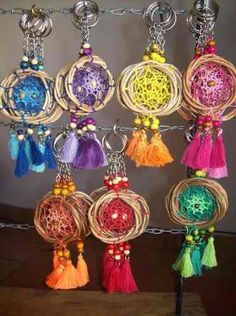 Best 12 Love my Beachy Wall Hanging – A Fun Boho DIY with Feathers make from Yarn. Learn how to craft this easy fiber art project with Studio Knit. Dream Catcher Craft, Dream Catcher Boho, Diy Crafts For Kids, Arts And Crafts, Diy Keychain, Crochet Mandala, Boho Diy, Bijoux Diy, Wedding Art