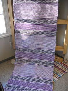 Äkin kankurit Tarjan kauniin violetinsävyisen käytävänmatto Braided Wool Rug, Woven Rug, Rag Rugs, Tear, Recycled Fabric, Scandinavian Style, Rugs On Carpet, Pattern Design, Hand Weaving