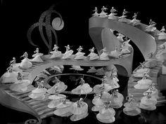 busby berkeley dancers: -Escaleras, plataformas giratorias, desniveles en el escenario, complejos mecanismos ofrecían un aditivo a la música y al baile, volviendo más complejo el movimiento, que además era enriquecido con un complicado juego de luces y sombras, espejos y lentes de gran angular para maximizar el espacio y el impacto en sus números musicales.