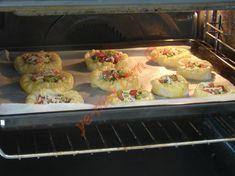 İlk olarak böreğin iç malzemesi için; 1 adet domatesi, 2 adet yeşil biberi ve 7 küçük dilim sucuğu minik küpler halinde kesin. 1 tutam maydanozu ince ince d
