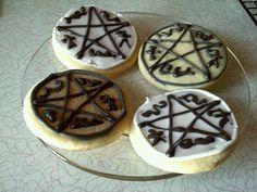 Devil's trap cookies Supernatural Birthday, Supernatural Party, Devils Trap, Geek Party, Edible Art, Royal Icing, Halloween Treats, Fall Recipes, Nom Nom