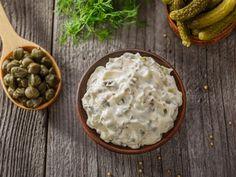 Sos tatarski to w wielu domach obowiązkowy punkt wielkanocnego menu. Doskonale pasuje i do świątecznych mięs na zimno, i do białej kiełbasy, upieczonej z cebulką. Jak go przygotować? Mamy przepis i kilka porad.