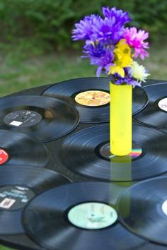 Utiliza tus viejos LPs para crear una mesa idónea para una fiesta años 80 / Use old LPs to create a cool table setting for an 80's party