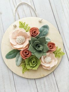 Erröten Sie und Grün-Filz-Blumen-Holz-Zeichen Blush and Green Felt Flower Wood Sign, # Blush # GreenFeltFlowerWoodSign Cute Crafts, Crafts To Make, Arts And Crafts, Diy Crafts, Wood Crafts, Fabric Flowers, Paper Flowers, Felt Flowers Patterns, Felt Flower Wreaths