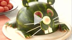 Canada Day centrepiece: Carve a watermelon into the shape of a beaver! This video from Canadian Living magazine shows you how. Canada Day Centrepiece, Jamie Oliver Food Revolution, Canada Day Party, Canadian Cuisine, Watermelon Carving, Carved Watermelon, Party Food Platters, Wood Badge, Bbq Party