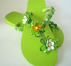 Chinelo em macramê verde bordado com pedrarias , você escolhe a cor da fita, do chinelo, das flores. Trabalho com havaianas nas seguintes numerações: 3334 3536 3738 3940 4142 prazo de produção 5 dias. R$45,00