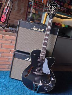 Essa guitarra é uma versão arrasadora das semi-acústicas adoradas por guitarristas de Rockabilly, Jazz e Rock.