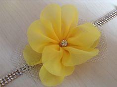 faixa / head band em strass dourado com delicada flor em chifon amarelo e tule dourado, lindissima!!!  Favor informar a medida da cabeça ou a idade .