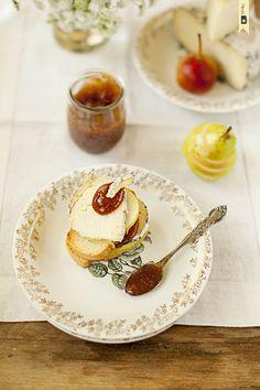 Tostas de queso pasiego, pera y mermelada de higos / Toast: Pasiego cheese, pear and fig jam