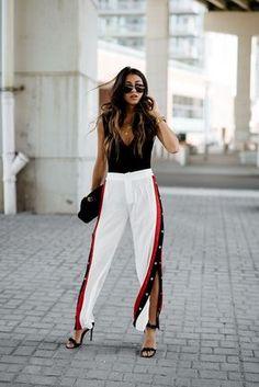 10 looks super estilosos com calça esportiva. Blusa preta, calça branca com listra e abertura nas laterais, track pants, sandália de duas tiras preta